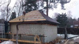 Монтаж метллочерепицы на вальмовую крышу